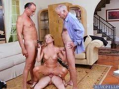 Drei alte Knacker und eine junge Blondine
