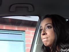 Farbiges Girl lässt sich im Auto vögeln